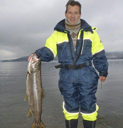 Fin fisk: Robert Larsen er en av mange som tar fin ørret i Mjøsa nå. Denne er på 5520 gram.