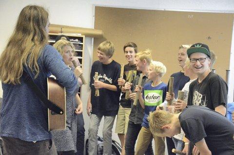 Nytt: Ringsakeroperaen frir til ungdommen når operaskolen setter opp «Skikkelige saker» basert på Vazelina-sanger. Her fra kick-off.