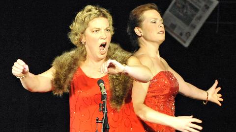 Nyttårskonsert: Tanja Leine og Anna Sundström Otervik på podiet ved RBs 75 årsjubileum i 2010. Lørdag synger de ved nyttårskonserten  i Frimurerlogen på Hamar