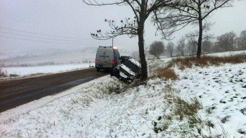 Av vegen på Nes 2: Litt lenger bort havnet denne bilen i grøfta ovenfor Hoel gård.