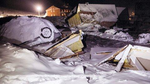 Longyearbyen  20151220. Biler og hus ligger strødd i fjellsiden i Longyearbyen etter raset lørdag. Det er fare for nye ras fra fjellet som heter Sukkertoppen. Foto: Tore Meek / NTB scanpix
