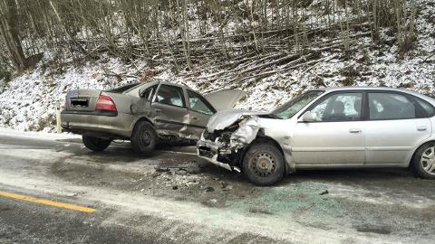 Den ene bilen skal ha fått sleng og kommet over i motsatt kjørefelt. Foto: Ole Johan Storsve