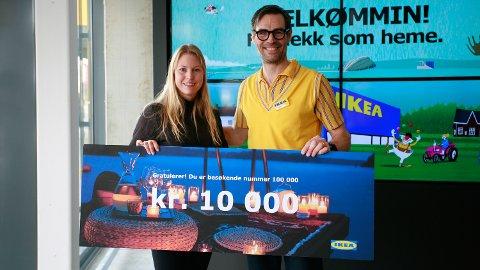 HELDIG: Monica Hagen fra Brumunddal ble Ikea-kunde nummer 100.000, og stakk dermed av med gavekortet på 10.000 kroner torsdag. Her sammen med Ikea-sjef Jens Listrup.