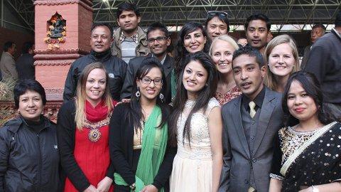 GJESTFRIE: Maren Helene Holmen (t.h. i andre rad) ble sammen med sine medstudenter Marte Jønland og Ida Ferstad Mathiesen bedt i et bryllup til sine venner mens de var i Nepal.