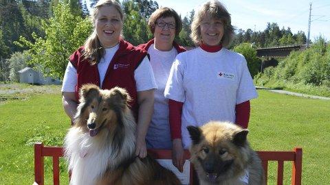 Klare: Carina Josefine Iversen med collien Nommin og Kari-Anne Hulleberg med eurasieren Bessie er klare for å dra på besøk til eldre. May Ljungqvist i Røde Kors ønsker enda flere besøksvenner med hund.