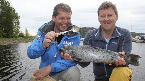 SØLV GA MJØSGULL: Ei gammel sølvskje på 18 centimeter ga fangst på første forsøk for Martin Aarsten (til venstre) og Bjørn Erik Ihle.  FOTO: Evy Sandberg