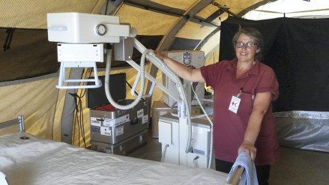 Enkle forhold: Kari Mühlbradt i røntgenteltet i Nepal. Her ble hundrevis av pasienter undersøkt etter jordskjelvet. – Vi jobbet så svetten silte inne i de varme teltene, sier Mühlbradt.Foto: Privat