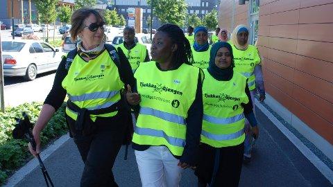 Marsj: Frøydis Viddal leder an på den første turen for Tjukkasgjengen og elevene på Voksenpedagogisk senter i Brumunddal.