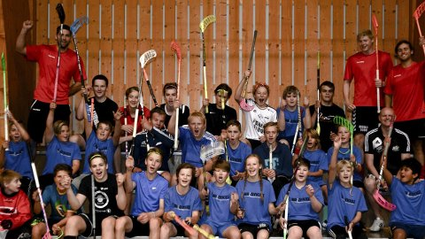 Svært populært: Bandyer mer populært enn noen gang, og unga storkoser seg i Moelv.Foto: Petter Sand