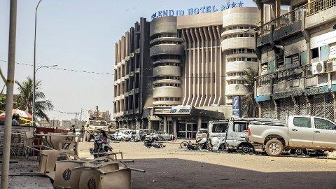 Oversiktsbilde over ødelagte kjøretøy etter to bilbomber utenfor Splendid Hotel i Ouagadougou, Burkina Faso, 16 January 2016.Media rapporterer at minst 27 mennesker fra 18 land har blitt drept etter at islamister angrep hotellet. Hotellet brukes ofte av vestlige turister. En redningsaksjon av franske styrker og styrker fra Burkina Faso  reddet fri mange gisler. Al-Qaeda i regionen  har påtatt seg ansvaret for angrepet.  EPA/WOUTER ELSEN