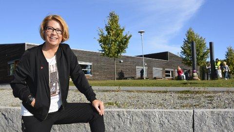 Fornøyd: Gerd Elin Borgen gleder seg over hverdagen på Gaupen skole og kveldene hun de siste ukene har opplevd med Friserte Fruer i Teatersalen.