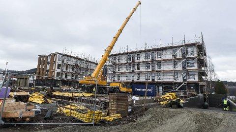 Leiligheter: I Elvegata 11 i Brumunddal bygger Obos leiligheter. Til sammen er det gitt byggetillatelse for 477 boenheter i Ringsaker i 2016.  Foto: Ole Johan Storsve