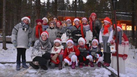Smånisser: Nes Friteaters barnegruppe var smånissene som ønsket publikum velkommen.