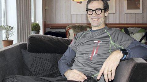 MØBELGODBITER: Jens Listrup er over snittet interessert i design, møbler og interiør. Stolen han sitter i er forøverig en celebritet da popstjerna George Michael har sittet i den. IKEA stolen sto i et TV-studio i Tyskland. FOTO: EVY SANDBERg