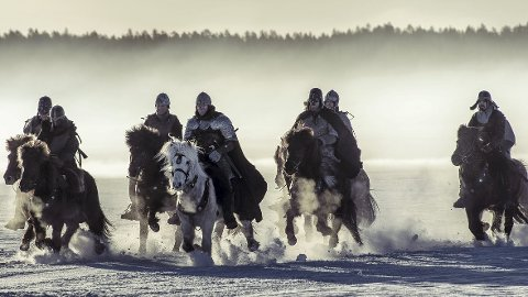 Full fart: Nærmere 40 hester fra Mesna opplevelser og overnatting har vært med i filmen «Birkebeinerne». Kristofer Hivjus hest, Dreki, er blant de mest synlige. hestene imponerte filmfolkene, og har dermed fått større plass i filmen enn planlagt. Foto: Ian Brodie/Paradox Film 3 AS