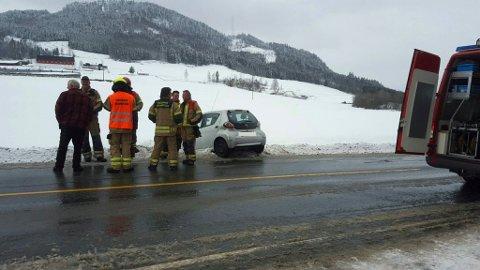 Den ene bilen havnet av vegen etter påkjørselen.