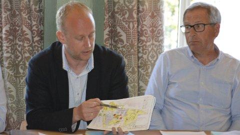 Forklarte: Eiendomssjef Kjetil Wold Henriksen forklarte uteanleggene ved den nye hallen for formannskapet onsdag. Foto: Ivar Bae