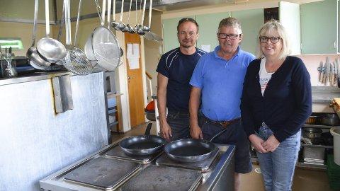 Må pusses opp: 1,5 millioner kroner trengs for å restaurere kjøkkenet på Tingvang. Iver Vanem og Petter Tore Schjerpen håper å kunne gi Inger Haga bedre arbeidsforhold.