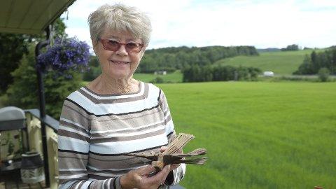 FANGEARBEID: Randi Nordby med en sponfugl som russiske krigsfanger i Moelv laget og som hun har gitt til samlingen på Garveriet.