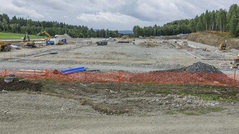 Bygger: På den ene tomta er byggingen av Coop Obs! Bygg sine lokaler i full gang.Foto: Ole Johan Storsve