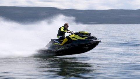 Klager: – De klagene vi får går som regel på høy fart og kjøring for tett på land, sier lensmann Terje Krogstad.Foto: Torstein Bøe / NTB scanpix