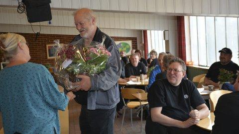 50-års takk: Åge Rønning får blomster av Sigrid Haugen da han ble takket av på sin siste arbeidsdag etter 50 år på Ring Mekanikk.