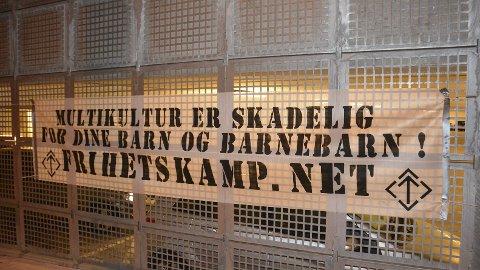 Hang ennå: Denne plakaten hang på veggen til parkeringshuset ved Mølla rett før maerkeringen i gågata startet.
