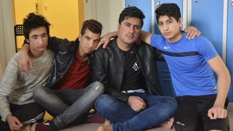 Fortvilelse: De fire kameratene Omid, Nori, Syray og Akbar er nærmest i sjokktilstand etter at meldingen om at mottaket i Brumund skal legges ned kom. Tårene sitter løst når de snakker om det.
