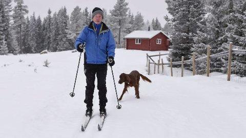 Oppfordring: Det handler om å ta hensyn til hevrandre, sier hundeeier og skiløper Håkon Haug. Foto: Ole Johan Storsve