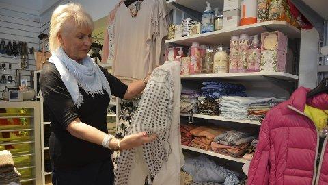 Butikksuksess: Etter 15 år med butikken Zaras i Brumunddal solgte Anne-Helen Norum. Det sendte henne opp på                inntektstoppen blant damene i Ringsaker i fjor. - Det er nok eneste gangen jeg havner på denne lista. Uansett er jeg ikke redd for å være på lista. Jeg tenker at det er vel fortjent etter den innsatsen jeg har lagt ned, forteller Norum. Her avbildet i               butikken før hun ga seg.  Foto : ARkiv