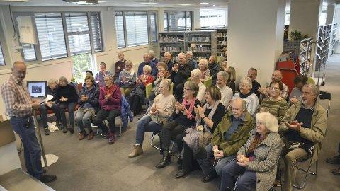 Muntert: Med et lite utvalg av 30 muntre stubber om ungdomstid i Moelv på 1960-tallet, fikk Torbjørn Hovde god mottakelse på Biblioteket. Foto: Ivar Bae