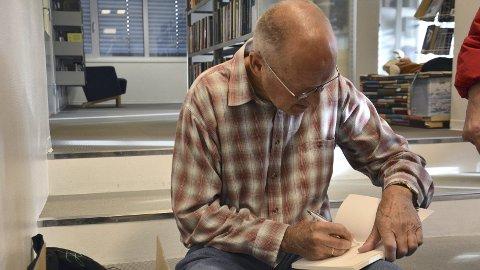 Boksalg: Salget gikk også strykende etter presentasjonen, og mange ønsket forfatterens signering i boka.