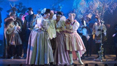 """Forflytning: Fjorårets oppsetning av """"De lystige koner i Windsor""""  var en suksess. Nå forflyttes hele handlingen inn i vår tid, og i april er det Ringsakeroperaens operaskole som setter opp forestillingen, under navnet """"Et dobbeltspill""""."""
