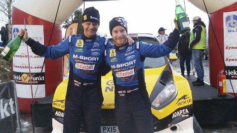 Vil ha mer juble: Mads Østberg og kartleser Ola Fløene (t.v.) fra Brumunddal vant Rally Finnskog. Nå vil de på pallen i VM-runden i Sverige. Foto: Privat