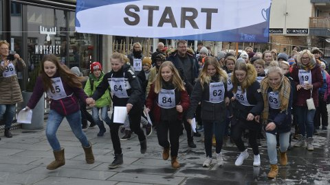 Litteraturuka: Med elever fra Bruunddal ungdomsskole i front, tett fulgt av elever fra Fagerlund skole, guikk startskuddet for Litteraturuka 2017 i Brumunddal mandag.
