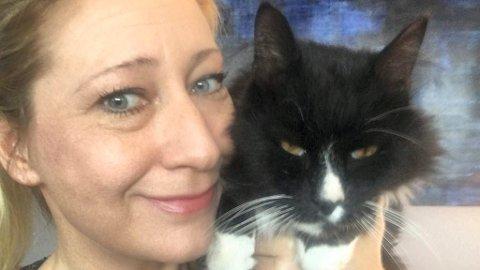 Wenche Smestad er overlykkelig over å ha fått katten Solan tilbake. Foto: Privat