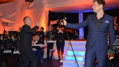 """Dirigent Bent Erik Bråten Røed """"gir jernet"""" sammen med Lismarka Mesnali Brass under konserten Highlights fra MGP og Eurovision. Gaute Ormåsen var vokalist og bidro til festkvelden i Lismarka"""