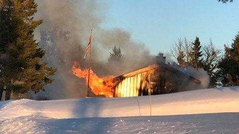 Det brant kraftig i hytta som tok fyr på Storåsen lørdag kveld. Den skal være brent ned i løpet av kvelden.