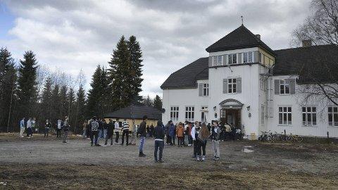 ASYLMOTTAK: Kommunepolitikerne i Ringsaker som sendte bekymringsmelding om situasjonen for asylsøkerne i Brumund har fått svar fra statsråd Per Sandberg. De er ikke udelt fornøyd med svaret.