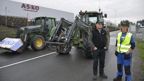Sperret: Her sperrer bøndene all utkjøring fra Asko med to traktorer. Jørgen Opsahl fra Veldre og Hanne Guåker fra Nes er to av flere bønder som aksjonerer mot grossistlagre i dag.