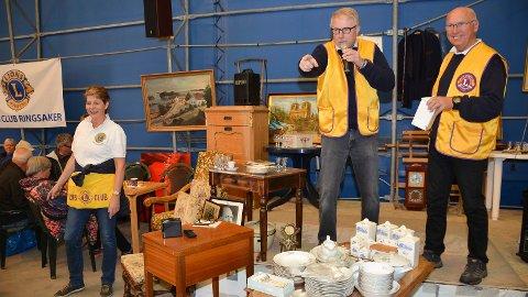 - Solgt for 1000 kroner, eller hører jeg 1100 kroner? Erik Slaatsveen og Jørgen Gudbrandsen i storslag på auksjon når et komplett serveringssett går under hammeren.