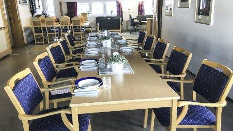 Til dekket bord: 12 beboere i omsorgsleiligheter ved Furnes har fellesmiddager organisert av kommunen. Det får de også i sommer sjøl om kommunen først varslet at det skulle spares inn.