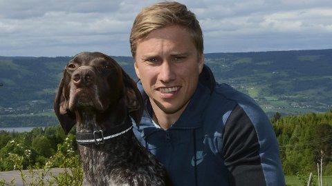 Helt i hund-re: Kristoffer Grøtan Olsen har gjort stor suksess med hundeutstyr via bedriften Non-stop Dogwear og den tidligere brannmannen har fått hele verden som nedslagsfelt.