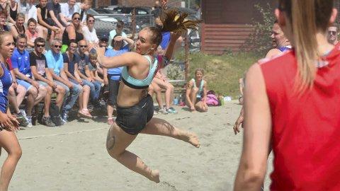 Øker stadig: Benedicte Døsrønningen var en av nesten 800 spillere som deltok i RM i beachhåndball i fjor. I år setter mesterskapet nok en deltakerrekord og øker for hvert år.