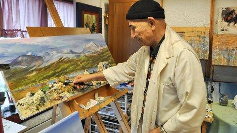Elsker hobbyen: Rune Knoph (72) har endelig fått åpnet galleri med maleriene sine, som har vært en drøm i lang tid. Han elsker å male naturbilder, og er særlig glad i vinteren. Galleriet ligger i Brumunddal.
