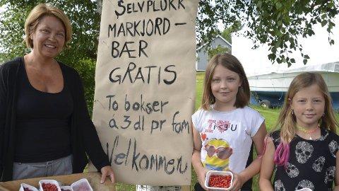Gratis bær: Gerd Elin Borgen, Nora Borgen og Ailinn Iversen-Kirkeby med markjordbær.Jeanette S. Håland