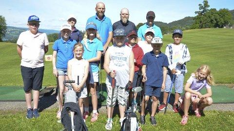 Gøy med golf: Mjøsen Golfklubb i Moelv arrangerte denne uka Golfcamp for tredje året på da. Ti unger i alderen 9-13 år har brukt hele uka på å lære seg å mestre de ulike elementene i golf, men mest av alt for å ha det gøy sammen med jevnaldrende på golfbanen.