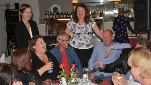 God stemning rundt bordet under Aps valgvake på Hamar. Anita Ihle Steen, Anette Trettebergstuen (stående), Dag Ragnar Steen, Sylvia Brustad og Thomas Breen.