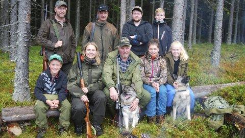 Almshøgda jaktlag: Bak fra venstre Ole Arnt Kinde, Espen Berg, Matheas Amb og Kristoffer Berg Kløvstad (lærling 13 år). Foran fra venstre: Henrik Berg Kløvstad (lærling 11 år) Anne Guri Kløvstad, Syver Amb med gråhunden Ronja 5 år, Anita Lunde og Anette Berg Kløvstad (lærling 15 år ), samt gråhunden Varg 3 år. Foto: Sverre Evensen