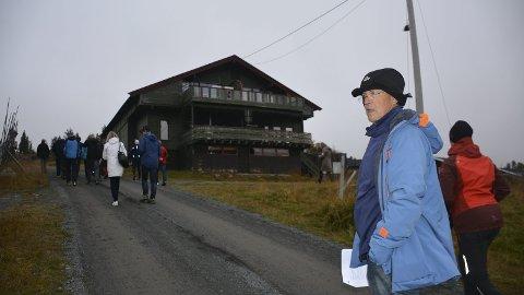 Kritisk: Bak Tormod Shcei ligger tidligere Sjusjøen Sportsstue hvor det kan komme et åtte etasjers leilighetsbygg.
